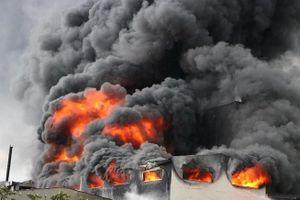 Công ty sản xuất băng keo bốc cháy dữ dội, cột khói cao hàng chục mét ở Bình Dương