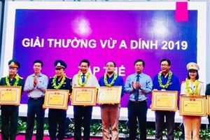 Đoàn thanh niên Công an tỉnh Phú Yên nhận giải thưởng Vừ A Dính