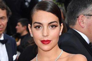 Bạn gái C.Ronaldo đẹp hút mắt, sải bước quyến rũ trên thảm đỏ Cannes