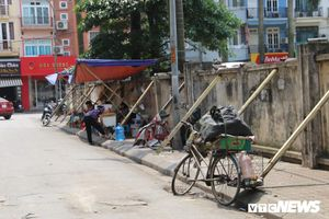 Dân Hà Nội ngồi trà đá vỉa hè dưới dãy tường 'chống nạng' chờ sập