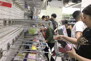 TPHCM: Người dân chen nhau mua đồ thanh lý tại siêu thị Auchan