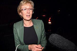 Lãnh đạo Hạ viện Anh từ chức, áp lực đè lên bà May