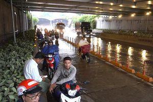 Tái diễn tình trạng người dân trú mưa trước hầm Thủ Thiêm