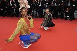 Dàn nghệ sĩ nam vô danh lột đồ, tạo dáng lố lăng tại Cannes 2019