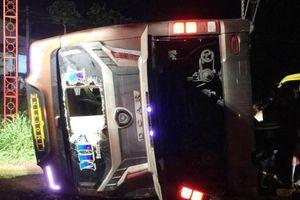 Kinh hoàng xe khách lật trong đêm khiến 19 người thương vong