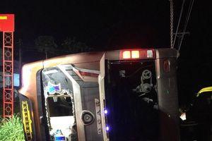 Lật xe khách trong đêm, hai mẹ con tử vong, 17 người khác bị thương