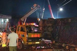 Xe khách bất ngờ nổ lốp, lật nhào khiến 2 người tử vong