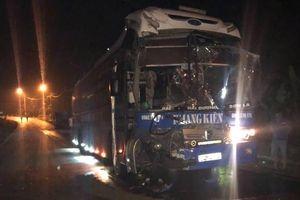 Tai nạn khiến dầu tràn ra đường, CSGT còng lưng khắc phục