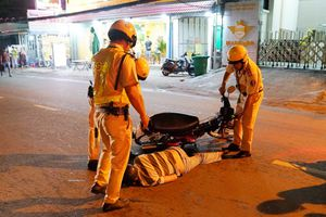 CSGT chốt chặn phố nhậu Sài Gòn: Dân nhậu xỉn chưa kịp thổi đã té xe, đi cấp cứu
