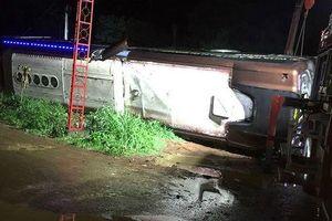 Lật xe khách trong đêm, hai mẹ con tử vong, 17 người bị thương