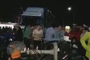 Long Khánh: Lật xe khách 2 người tử vong, nhiều người cấp cứu