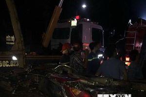 Xe khách lật ngang đè bẹp xe môtô, 19 người thương vong