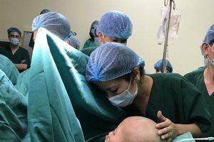 Clip: Khoảnh khắc bác sĩ mổ lấy thai cho sản phụ từ chối điều trị ung thư để sinh con