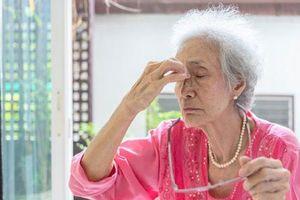 Người thân 'bỗng dưng chóng mặt', người nhà nên làm gì?