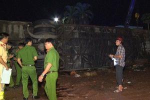 Đồng Nai: Lật xe khách, 2 mẹ con tử vong, 17 người bị thương