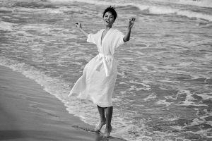 H'Hen Niê mặc đầm mỏng, để mặt mộc, chụp ảnh đen trắng mà vẫn thần thái ngời ngời