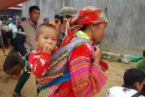 Những em bé trên lưng mẹ trong buổi chợ phiên Bắc Hà