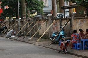 Dân Hà Nội 'liều mình' ngồi uống trà bên bức tường sắp đổ