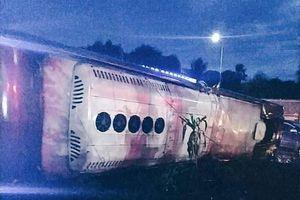Lật xe khách ở Đồng Nai, 2 người chết, 17 người bị thương