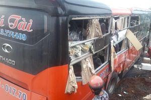 Xe khách tông nhau lúc rạng sáng, 6 người bị thương