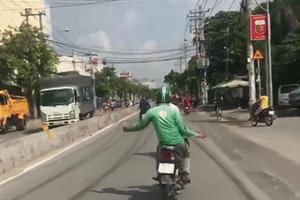 Lái xe máy buông hai tay, lạng lách nhún nhảy giữa đường