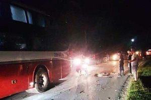 2 học sinh đi xe máy tử nạn trong đêm sau khi va chạm xe khách
