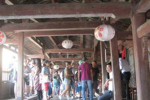 Giám sát khách tham quan chùa Cầu để đảm bảo an toàn cho di tích: Cần thiết nhưng vẫn lo lắm