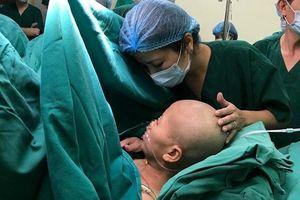 Người mẹ ung thư nhường sự sống cho con: Thều thào hỏi con được mấy cân?