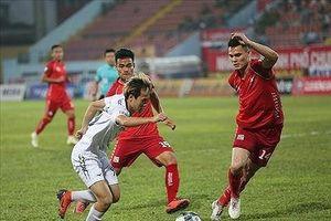 HLV Park Hang Seo kiểm tra hồ sơ một cầu thủ Việt kiều ở V-League
