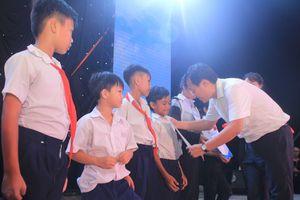 Tặng 40 phần học bổng hỗ trợ các em học sinh nơi đất đảo anh hùng