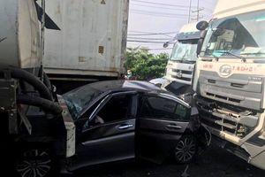 Honda City bị đầu kéo container và xe bồn 'kẹp nát' khi dừng chờ đèn đỏ