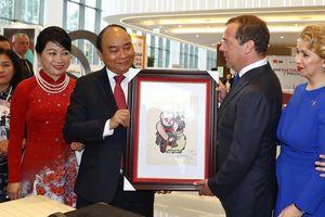 Thủ tướng Nguyễn Xuân Phúc tặng tranh Đông Hồ cho Thủ tướng Nga Dmitri Medvedev