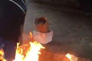 Kẻ lạ mặt châm lửa thiêu sống người vô gia cư nằm dưới gầm cầu 'vì ghét'