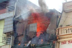 Ngôi nhà 4 tầng kinh doanh thiết bị điện bốc cháy dữ dội
