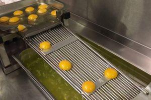 Hàng loạt trứng được tách lòng đỏ trong tích tắc