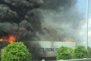 Xe container cháy rụi trên cao tốc, tài xế cùng phụ xe thoát chết