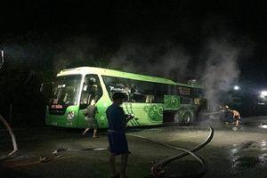 Hà Tĩnh: Xe khách bốc cháy dữ dội lúc rạng sáng