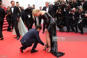 Sự cố giẫm lên váy, tuột giày nhiều lần trên thảm đỏ LHP Cannes 2019 ngày 11