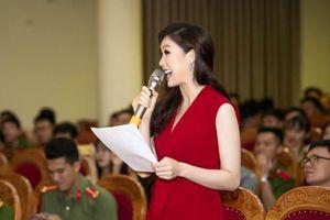 Phí Thùy Linh rạng rỡ chấm thi thanh lịch Đại học Phòng cháy Chữa cháy