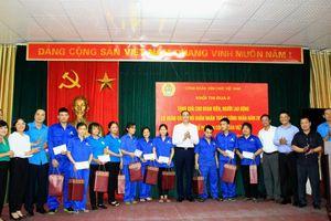 Khối thi đua 2 Công đoàn viên chức Việt Nam tặng quà cho công nhân nghèo