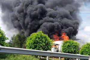 Xe container bốc cháy ngùn ngụt trên cao tốc Long Thành