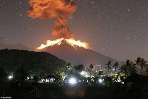 Cận cảnh núi lửa Agung phun trào dung nham, nhuộm đỏ cả một góc trời
