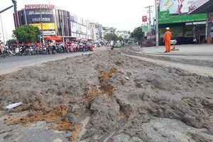 Xe ben làm đổ gần 1 tấn bùn đất xuống đường rồi tháo chạy ở TP.HCM
