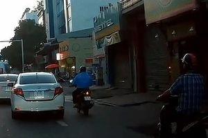Ôtô chuyển làn đột ngột, ép người đi xe máy ngã xuống đường