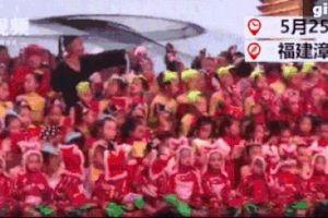 Tai nạn sập sân khấu khiến một bé gái tử vong, 14 người bị thương