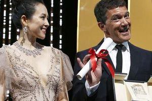 Chương Tử Di khoe khéo 'vòng một' ở ngày cuối Liên hoan Phim Cannes