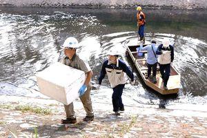 Tổng cục Môi trường lấy mẫu nước sông Tô Lịch sau 7 ngày lắp máy nano