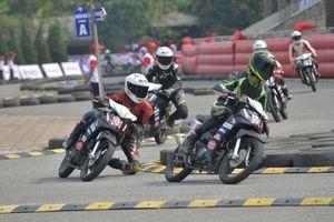 Phấn khích xem đua xe máy chuyên nghiệp lần đầu diễn ra tại Hà Nội