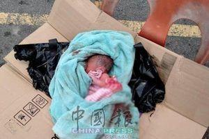 Trẻ sơ sinh bị bỏ rơi trong thùng rác, danh tính 'người hùng' tìm thấy và cứu sống em còn choáng hơn