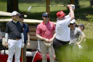 Tổng thống Trump chụp ảnh 'tự sướng' cùng Thủ tướng Nhật Bản trên sân golf